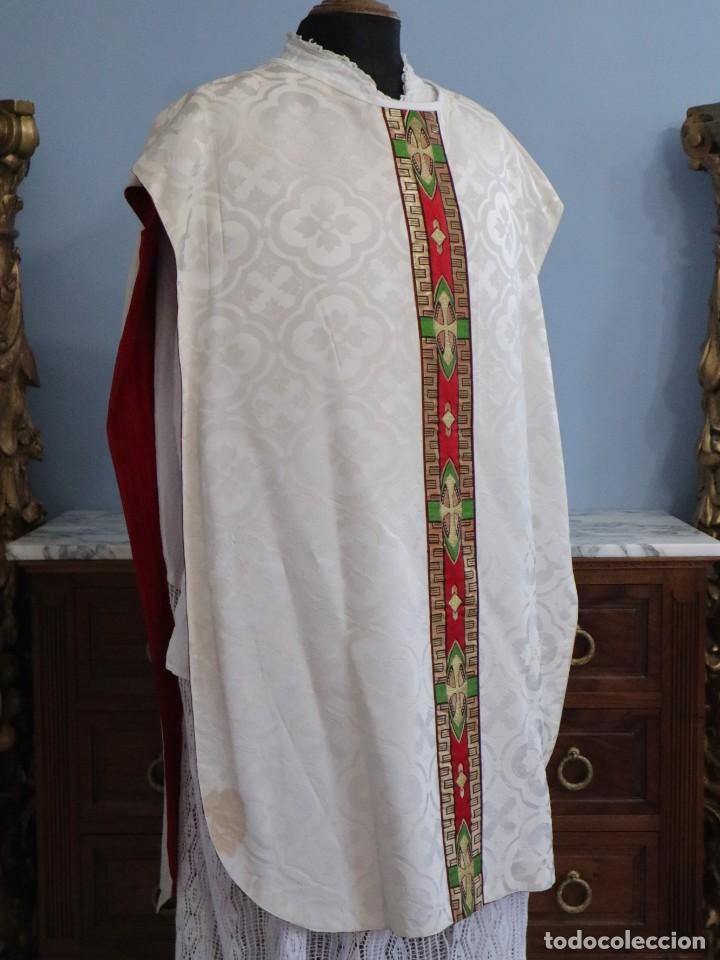 Antigüedades: Casulla de corte moderno confeccionada en seda de damasco. Años 60 del siglo XX. - Foto 5 - 240538840