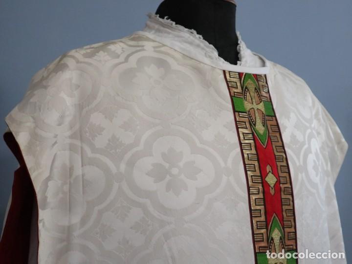 Antigüedades: Casulla de corte moderno confeccionada en seda de damasco. Años 60 del siglo XX. - Foto 6 - 240538840