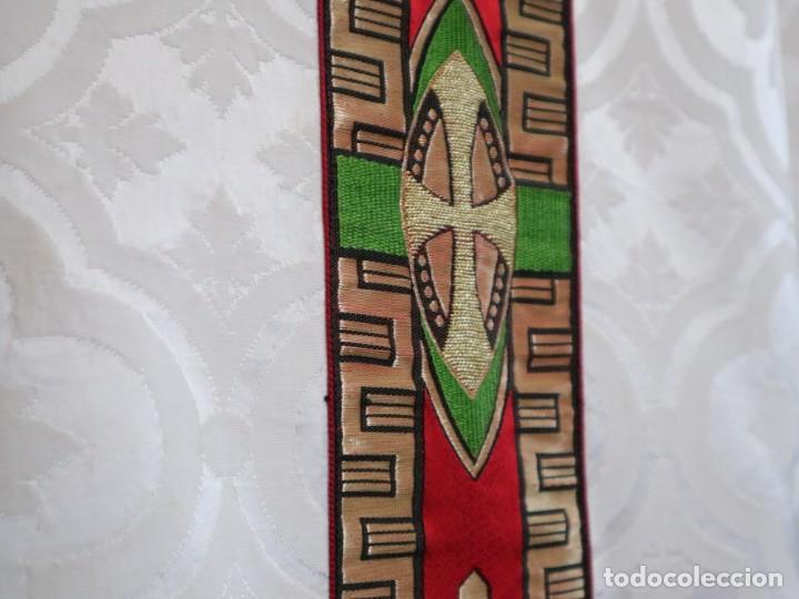 Antigüedades: Casulla de corte moderno confeccionada en seda de damasco. Años 60 del siglo XX. - Foto 7 - 240538840