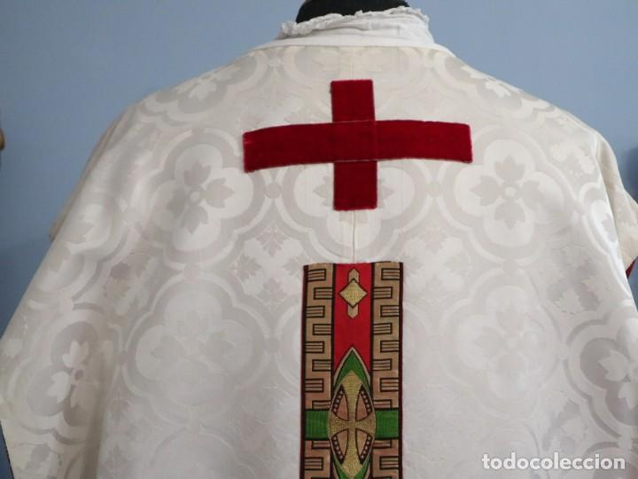 Antigüedades: Casulla de corte moderno confeccionada en seda de damasco. Años 60 del siglo XX. - Foto 10 - 240538840