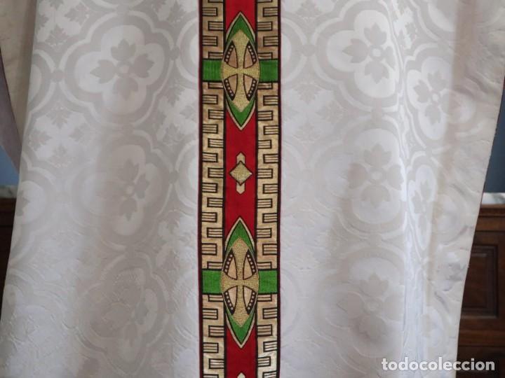 Antigüedades: Casulla de corte moderno confeccionada en seda de damasco. Años 60 del siglo XX. - Foto 11 - 240538840