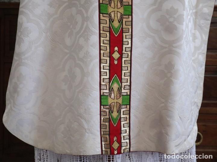Antigüedades: Casulla de corte moderno confeccionada en seda de damasco. Años 60 del siglo XX. - Foto 12 - 240538840