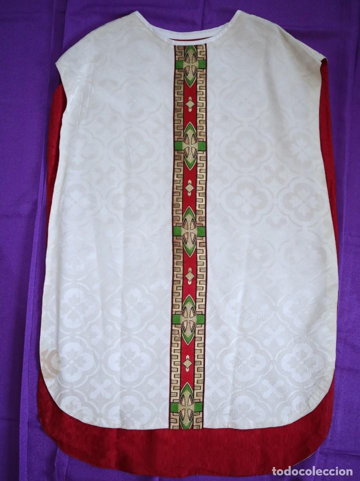 Antigüedades: Casulla de corte moderno confeccionada en seda de damasco. Años 60 del siglo XX. - Foto 13 - 240538840