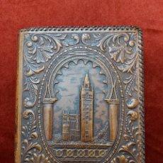 Antigüedades: CAJA ANTIGUA REPUJADA Y MADERA DECORADA CON LA GIRALDA PARA PUROS, CIGARRILLOS, TABACO/JOYERO/LIBROS. Lote 240612265