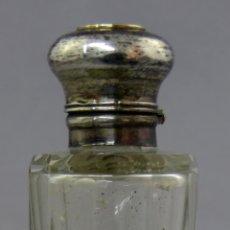 Antigüedades: PERFUMERO INGLÉS DE USO DOBLE EN CRISTAL TALLADO Y TAPONES EN PLATA SIGLO XIX. Lote 240635185