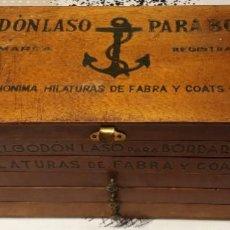 Antiguidades: FANTASTICA CAJA ORIGINAL C.A HILATURAS DE FABRA Y COATS ALGODON LASO PARA BORDAR LLENA DE HILOS. Lote 240733240