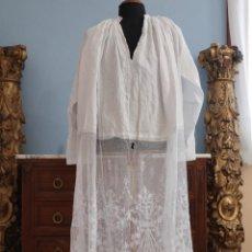 Antigüedades: BAJO DE ALBA CONFECCIONADO EN ENCAJE MANUAL CON MOTIVOS RELIGIOSOS. HACIA 1900. MIDE 75 X 120 CM.. Lote 240734780