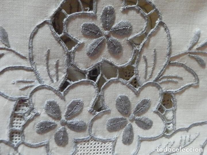 Antigüedades: PRECIOSA MANTELERIA 12 SERVICIOS EN LINO BORDADA RICHELIEU CON FILTIRÉ Y ROSAS EN MEDIO PUNTO - Foto 4 - 240787110