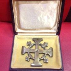 Antigüedades: ANTIGUA CRUZ DE LATON, EN CAJA, 6,50CM. Lote 240803995