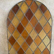 Antigüedades: VIDRIERA VENTANA PUERTA EMPLOMADA ARCO ROMBOS AMBAR AÑOS 40 60 84X59CMS. Lote 240822600