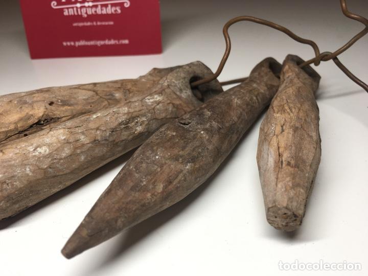 Antigüedades: Lote de 4 importantes badajos antiguos de madera arte pastoril - Cencerro, campana, vacas - Foto 3 - 240845405