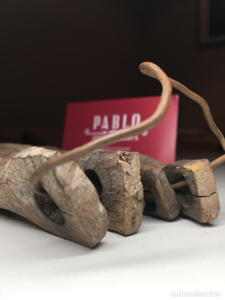 Antigüedades: Lote de 4 importantes badajos antiguos de madera arte pastoril - Cencerro, campana, vacas - Foto 8 - 240845405