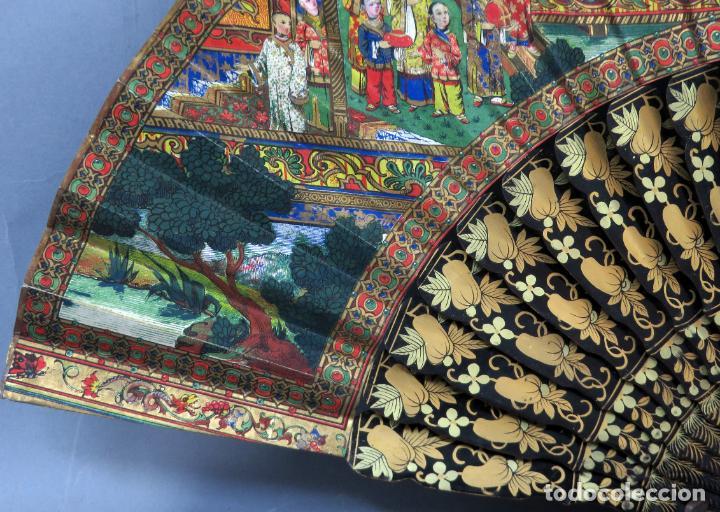 Antigüedades: Abanico de madera lacada y dorada con pais mil caras en papel pintado China finales del siglo XIX - Foto 2 - 241055160