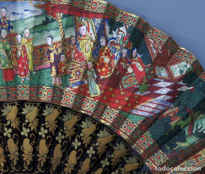 Antigüedades: Abanico de madera lacada y dorada con pais mil caras en papel pintado China finales del siglo XIX - Foto 5 - 241055160