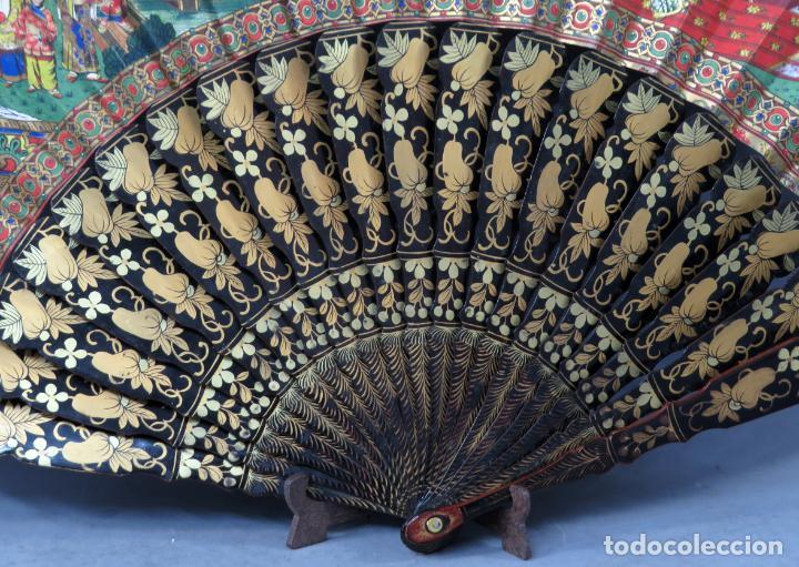 Antigüedades: Abanico de madera lacada y dorada con pais mil caras en papel pintado China finales del siglo XIX - Foto 7 - 241055160