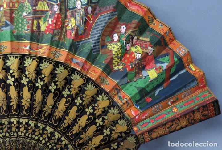Antigüedades: Abanico de madera lacada y dorada con pais mil caras en papel pintado China finales del siglo XIX - Foto 11 - 241055160