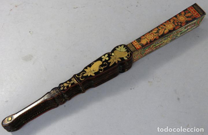 Antigüedades: Abanico de madera lacada y dorada con pais mil caras en papel pintado China finales del siglo XIX - Foto 15 - 241055160