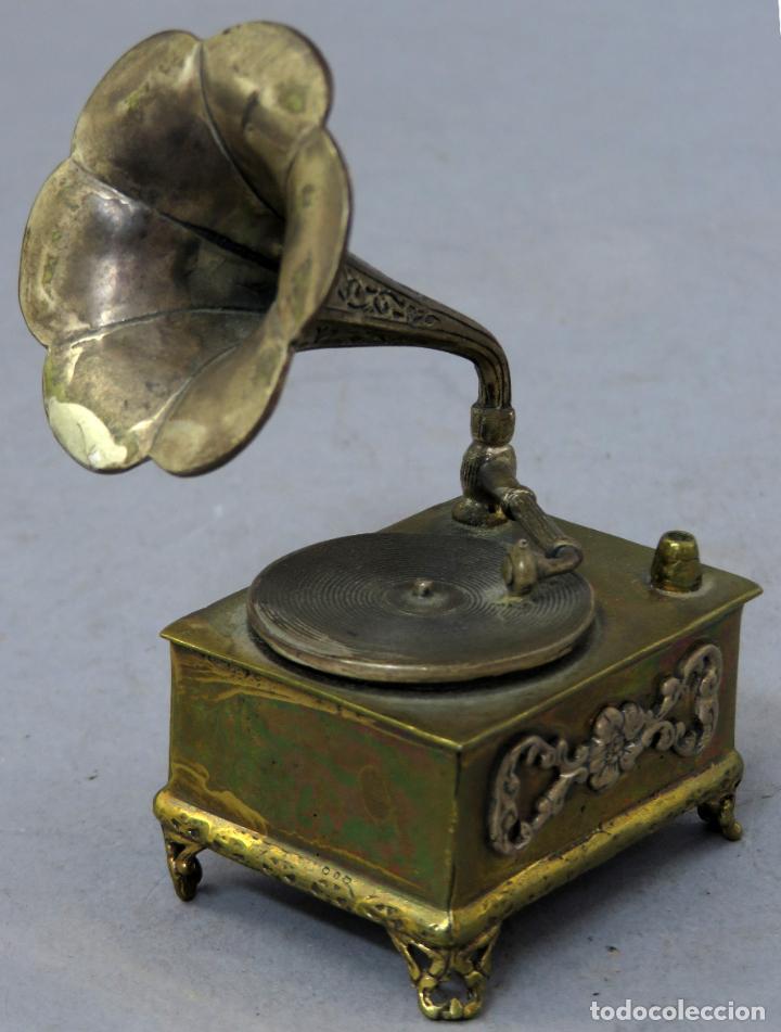 Antigüedades: Miniatura gramófono con base de bronce dorado y corneta de plata principios del siglo XX - Foto 2 - 241060350