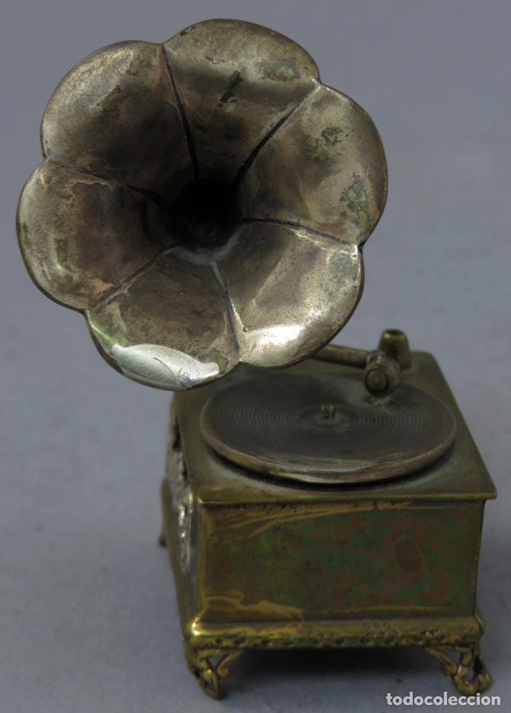 Antigüedades: Miniatura gramófono con base de bronce dorado y corneta de plata principios del siglo XX - Foto 3 - 241060350
