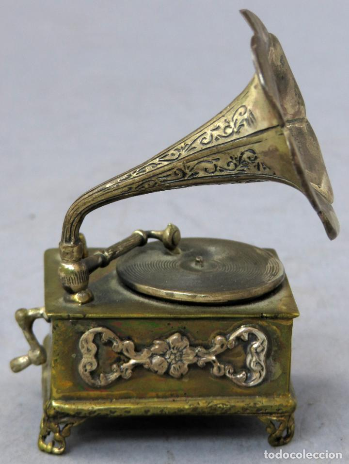 Antigüedades: Miniatura gramófono con base de bronce dorado y corneta de plata principios del siglo XX - Foto 4 - 241060350