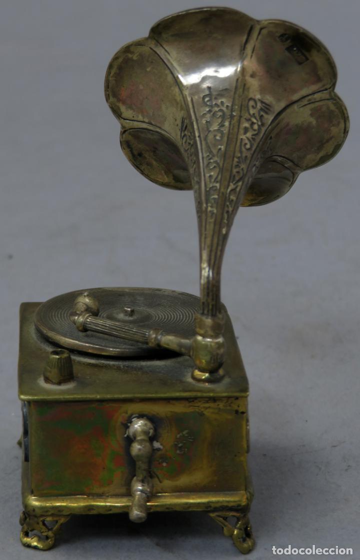 Antigüedades: Miniatura gramófono con base de bronce dorado y corneta de plata principios del siglo XX - Foto 5 - 241060350