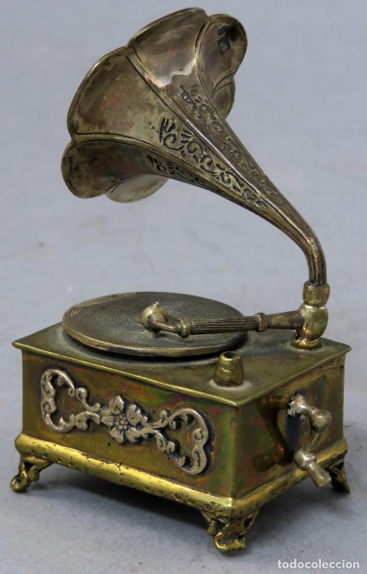 Antigüedades: Miniatura gramófono con base de bronce dorado y corneta de plata principios del siglo XX - Foto 6 - 241060350
