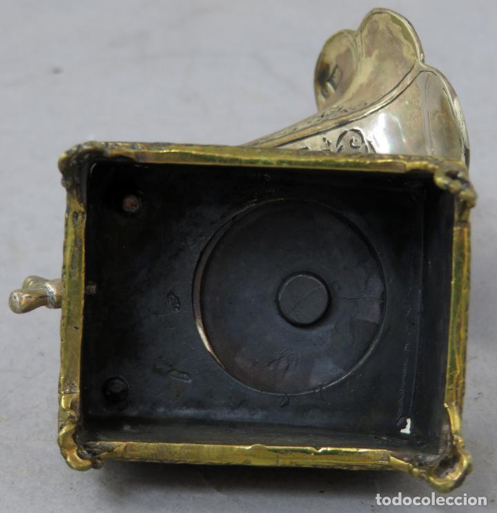Antigüedades: Miniatura gramófono con base de bronce dorado y corneta de plata principios del siglo XX - Foto 7 - 241060350