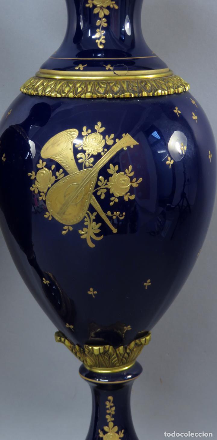 Antigüedades: Pareja de copas de porcelana azul cobalto y bronce dorado Hispania Salvador Mallol mediados siglo XX - Foto 18 - 241063015