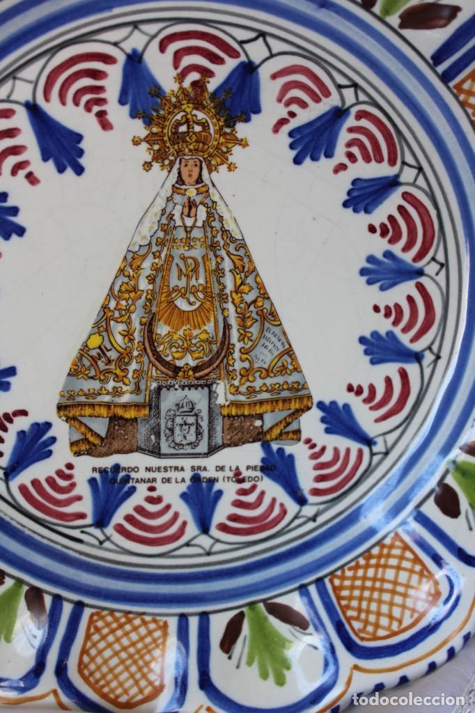 ANTIGUO PLATO CERÁMICA VIRGEN DE LA PIEDAD QUINTANAR TOLEDO, VA FIRMADO TALAVERA ¿? (Antigüedades - Hogar y Decoración - Platos Antiguos)