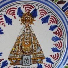Antigüedades: ANTIGUO PLATO CERÁMICA VIRGEN DE LA PIEDAD QUINTANAR TOLEDO, VA FIRMADO TALAVERA ¿?. Lote 241202485
