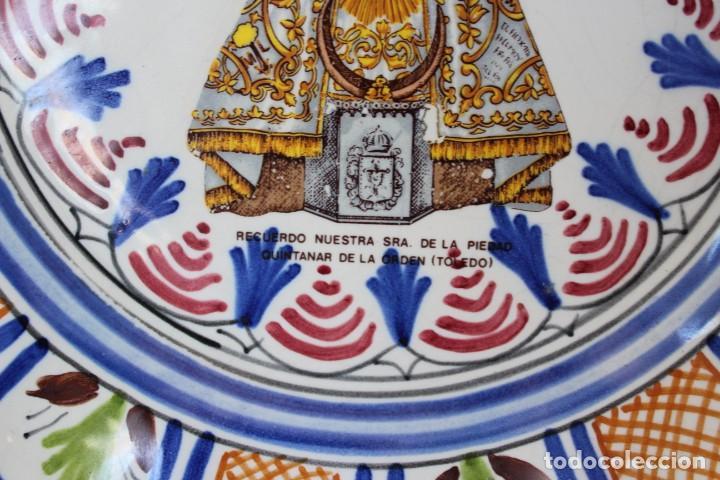 Antigüedades: ANTIGUO PLATO CERÁMICA VIRGEN DE LA PIEDAD QUINTANAR TOLEDO, VA FIRMADO TALAVERA ¿? - Foto 2 - 241202485