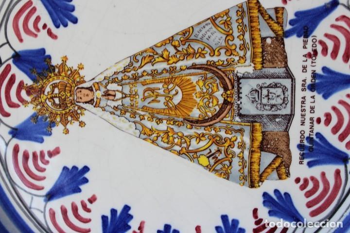 Antigüedades: ANTIGUO PLATO CERÁMICA VIRGEN DE LA PIEDAD QUINTANAR TOLEDO, VA FIRMADO TALAVERA ¿? - Foto 6 - 241202485