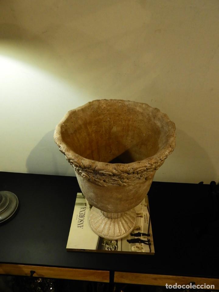 Antigüedades: MACETERO COPA DE BARRO CON BONITA GRECA - Foto 3 - 241462610