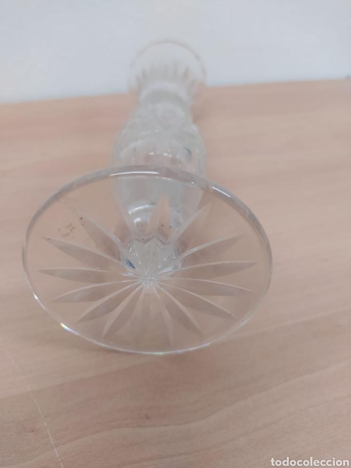 Antigüedades: Pequeño jarroncito florero en cristal tallado vintage su altura 20 centímetros diámetro 5,5 - Foto 3 - 241545620