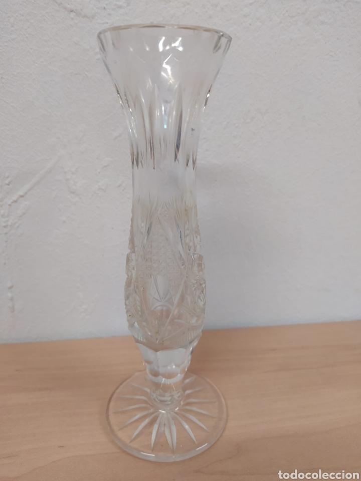 Antigüedades: Pequeño jarroncito florero en cristal tallado vintage su altura 20 centímetros diámetro 5,5 - Foto 4 - 241545620