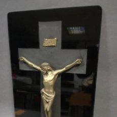 Antigüedades: CRUCIFIJO CRISTO DE METAL SOBRE VIDRIO NEGRO. Lote 241651560