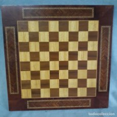 Antigüedades: TABLERO DE AJEDREZ DE MADERA CON TRABAJO DE TARACEA. Lote 241749655