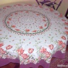 Antigüedades: MANTELERIA REDONDA FLOREADA-AÑOS 70. Lote 241824210