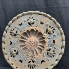 Antigüedades: ANTIGUO PLATO O BANDEJA TALLADA EN LATÓN. Lote 241829615