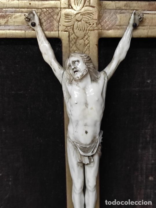 Antigüedades: Precioso Crucifijo - Antigua Talla de Marfil - con Marco en Madera Dorada y Espejos - S. XVIII - Foto 4 - 241841310