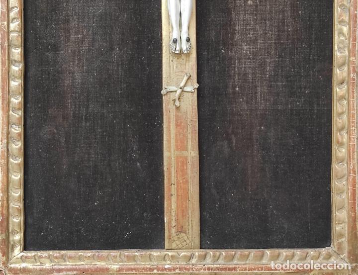 Antigüedades: Precioso Crucifijo - Antigua Talla de Marfil - con Marco en Madera Dorada y Espejos - S. XVIII - Foto 5 - 241841310