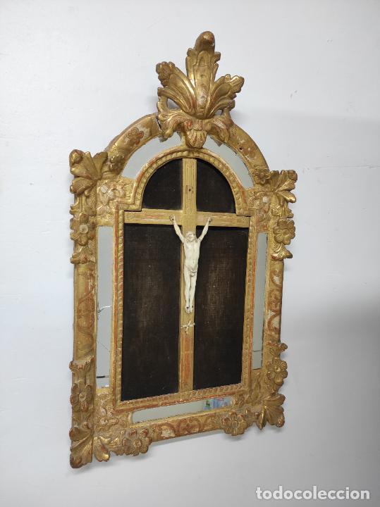 Antigüedades: Precioso Crucifijo - Antigua Talla de Marfil - con Marco en Madera Dorada y Espejos - S. XVIII - Foto 6 - 241841310