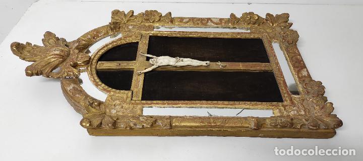 Antigüedades: Precioso Crucifijo - Antigua Talla de Marfil - con Marco en Madera Dorada y Espejos - S. XVIII - Foto 11 - 241841310