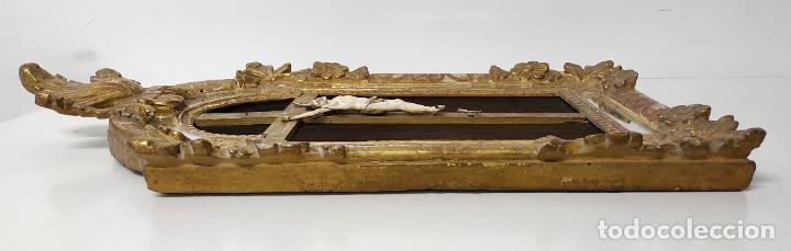 Antigüedades: Precioso Crucifijo - Antigua Talla de Marfil - con Marco en Madera Dorada y Espejos - S. XVIII - Foto 12 - 241841310
