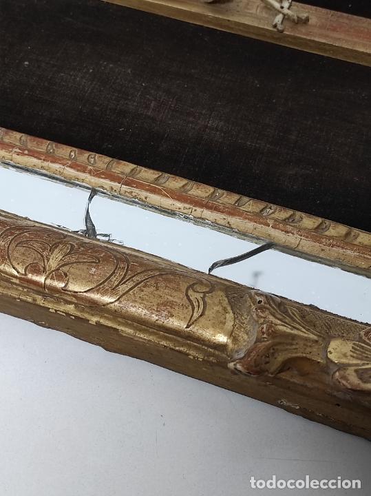 Antigüedades: Precioso Crucifijo - Antigua Talla de Marfil - con Marco en Madera Dorada y Espejos - S. XVIII - Foto 13 - 241841310