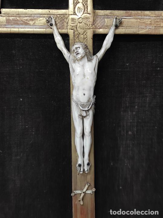 Antigüedades: Precioso Crucifijo - Antigua Talla de Marfil - con Marco en Madera Dorada y Espejos - S. XVIII - Foto 18 - 241841310