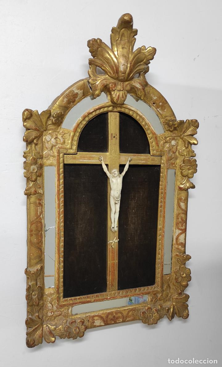 PRECIOSO CRUCIFIJO - ANTIGUA TALLA DE MARFIL - CON MARCO EN MADERA DORADA Y ESPEJOS - S. XVIII (Antigüedades - Religiosas - Crucifijos Antiguos)
