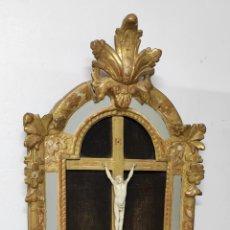 Antigüedades: PRECIOSO CRUCIFIJO - ANTIGUA TALLA DE MARFIL - CON MARCO EN MADERA DORADA Y ESPEJOS - S. XVIII. Lote 241841310