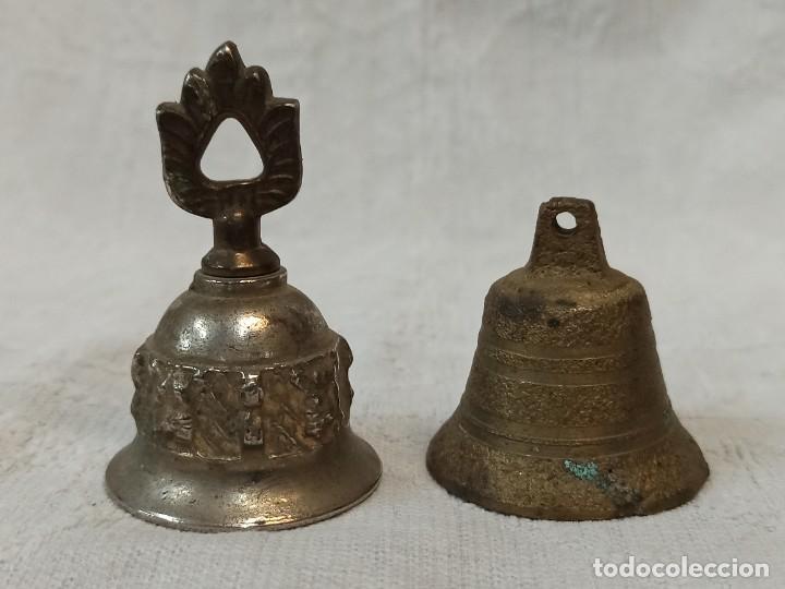PAREJA DE CAMPANILLAS DE METAL. C44 (Antigüedades - Hogar y Decoración - Campanas Antiguas)