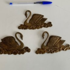 Antiquités: ORNAMENTO , ADORNO PARA MUEBLE EN BRONCE. 3 CISNES 12X7 CM. Lote 241897390
